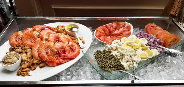 seafood breakfast buffet with cooked jumbo shrimp and all the fixinx