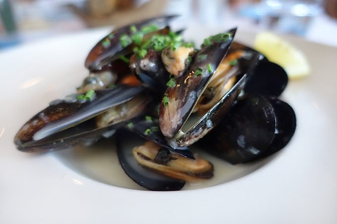 Mussels au Pineau in a white bowl