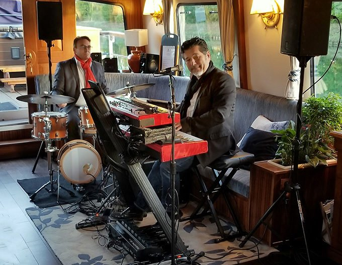 Jazz duo performing on La Belle Epoque